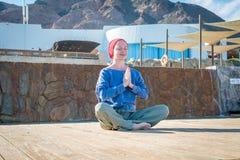 Vrouw die yoga doet Stock Afbeeldingen