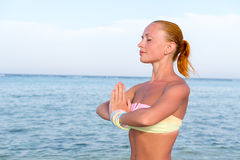 Vrouw die yoga doet Stock Foto's