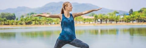Vrouw die yoga in een tropische parkbanner doen, LANG FORMAAT royalty-vrije stock afbeelding