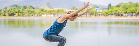 Vrouw die yoga in een tropische parkbanner doen, LANG FORMAAT stock afbeelding