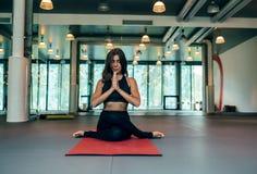 Vrouw die yoga in geschiktheidsstudio uitvoeren royalty-vrije stock foto's