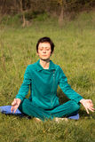 Vrouw die yoga in het park doen Stock Foto