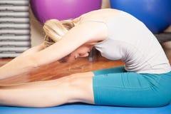 Vrouw die yoga maakt Royalty-vrije Stock Afbeelding