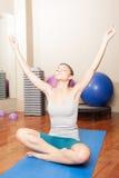 Vrouw die yoga maakt Royalty-vrije Stock Afbeeldingen