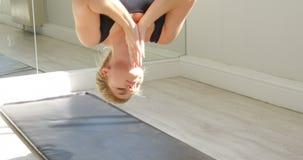 Vrouw die yoga op hangmat 4k doen stock videobeelden