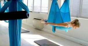 Vrouw die yoga op hangmat 4k doen stock footage
