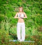 Vrouw die yoga in openlucht doet royalty-vrije stock foto