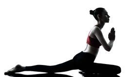 Vrouw die yoga uitoefenen Royalty-vrije Stock Afbeeldingen