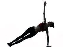 Vrouw die yoga uitoefenen stock foto's
