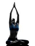 Vrouw die yoga uitoefenen die aangesloten bij zittingshanden mediteren Royalty-vrije Stock Foto's