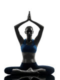 Vrouw die yoga uitoefenen die aangesloten bij zittingshanden mediteren Stock Afbeeldingen