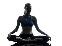 Vrouw die yoga uitoefenen die silhouet mediteren Royalty-vrije Stock Afbeelding