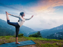 Vrouw die yogaasana Natarajasana doen in openlucht bij waterval royalty-vrije stock afbeeldingen