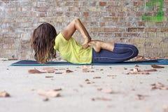 Vrouw die yogaoefening doet royalty-vrije stock afbeeldingen