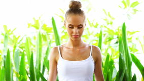 Vrouw die yogatraining doen stock footage
