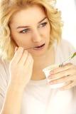 Vrouw die yoghurt eten Royalty-vrije Stock Foto's