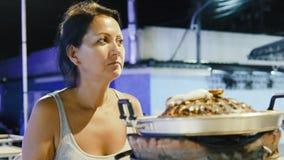 Vrouw die zeevruchten eet