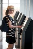 Vrouw die zelf-registratie voor vlucht doen stock foto's