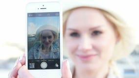 Vrouw die zelfportret in openlucht nemen stock videobeelden