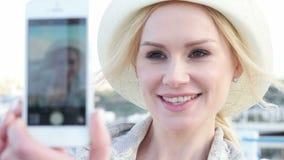 Vrouw die zelfportret in openlucht nemen stock footage