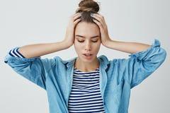 Vrouw die zenuwachtig problemenhuis denken, die betroffen gevoede omhoog problematische holdingshanden op hoofd voelen die, het p stock afbeeldingen