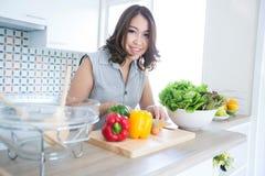 Vrouw die zich bij de keukenteller bevinden Royalty-vrije Stock Foto