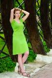 Vrouw die zich binnen een houten boog bevinden Stock Foto