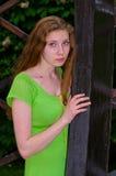 Vrouw die zich binnen een houten boog bevinden Royalty-vrije Stock Foto
