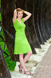Vrouw die zich binnen een houten boog bevinden Stock Foto's