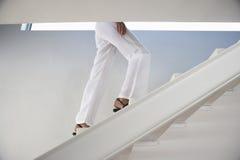 Vrouw die zich boven in Modern Huis bewegen Stock Afbeeldingen