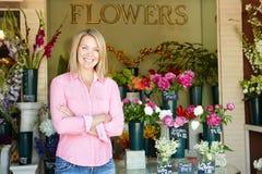Vrouw die zich buiten bloemist bevindt Stock Foto