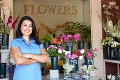 Vrouw die zich buiten bloemist bevindt Stock Fotografie