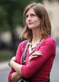 Vrouw die zich in de straat bevindt Stock Foto's