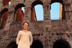 Vrouw die zich dichtbij Colosseum bevindt Stock Foto's