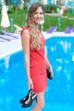 Vrouw die zich dichtbij openlucht zwembad bevindt Royalty-vrije Stock Fotografie