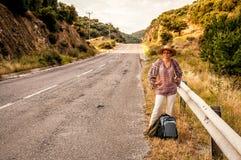 Vrouw die zich door de weg bevindt Stock Afbeelding