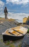 Vrouw die zich door overzees met boot bevinden Stock Afbeeldingen
