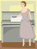 Vrouw die zich door piano in formele toga bevindt Stock Foto's