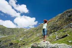 Vrouw die zich in een berglandschap bevindt stock fotografie