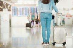 Vrouw die zich in een luchthaven met bagage bevinden stock fotografie