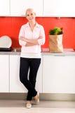 Vrouw die zich in keuken bevindt Royalty-vrije Stock Afbeeldingen
