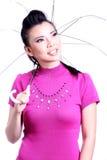 Vrouw die zich met een witte paraplu bevinden Stock Afbeeldingen