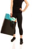 Vrouw die zich met het winkelen zakhoogtepunt bevinden van sportuitrusting Royalty-vrije Stock Fotografie