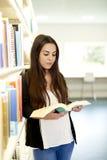 Vrouw die zich met open boek bevinden Stock Afbeelding