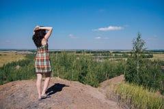 Vrouw die zich met opgeheven handen bevinden en van mooie natu genieten royalty-vrije stock fotografie