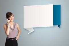 Vrouw die zich naast de moderne ruimte van het origamiexemplaar bevindt Royalty-vrije Stock Afbeeldingen