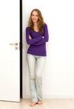 Vrouw die zich naast deur bevindt Stock Fotografie