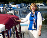 Vrouw die zich naast een boot bevinden Royalty-vrije Stock Foto