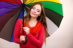 Vrouw die zich onder multicolored paraplu bevinden Royalty-vrije Stock Foto's