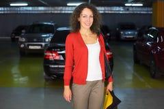 Vrouw die zich in ondergronds autoparkeren bevindt Royalty-vrije Stock Fotografie